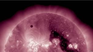 Прохождение Венеры через солнечный диск, снятое спутником ОСД.