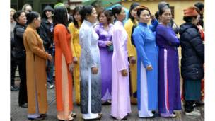 Phụ nữ trong trang phục truyền thống xếp hàng vào lăng