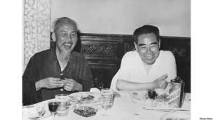 Ông Hồ Chí Minh chụp ảnh cùng Thủ tướng Trung Quốc Chu Ân Lai ở Hà Nội hồi năm 1960