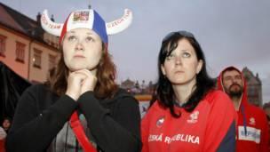 مشجعتان من جمهورية التشيك في ساحة بمدينة فروتسواف البولندية