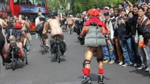 绿色出行工具除了两轮单车,滑轮、甚至残疾人用的三轮车也是选择哦!