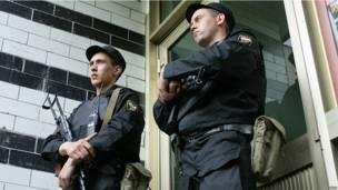Охрана подъезда Навального во время обыска