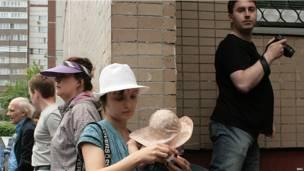 Перед подъездом Алексея Навального