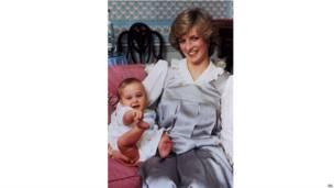 一岁了。威廉王子在肯辛顿宫家里跟母亲戏耍。