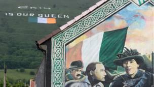 黑山山坡上巨幅標語和旗幟