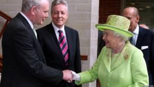 麦克吉尼斯和女王伊丽莎白二世在北爱握手