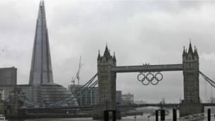 Tower Bridge dengan latar belakang The Shard