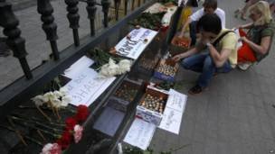 Свечи и цветы у здания предствительства Краснодарского края
