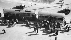 Tranvía y varios jeeps en 1945