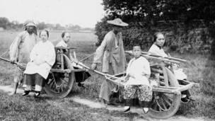 Cuatro mujeres viajando en carreta