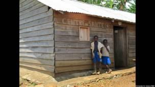 Dos niños esperan en un puesto de salud en Kalonge, Kivu sur, una de las provincias más azotadas por el conflicto.