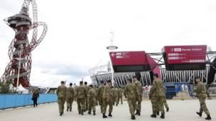 جنود بريطانيون أمام الاستاد الأولمبي