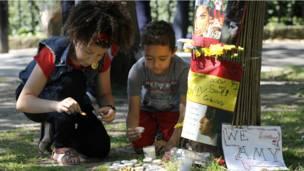 Юные поклонники зажигают свечи у дома Эми Уайнхаус