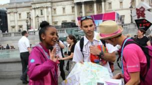 特拉法加廣場上,志願者為遊客提供信息指引服務。