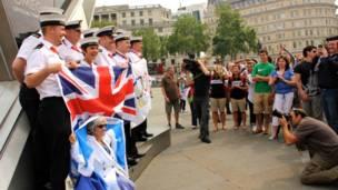 特拉法加廣場奧運倒計時牌下,大家爭相拍照。帥氣的英國海軍吸引了許多人拍照。