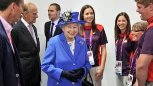 女王和义务工作人员谈天