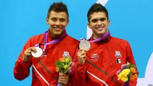 Los clavadistas Germán Sánchez e Iván García, con sus medallas de plata.
