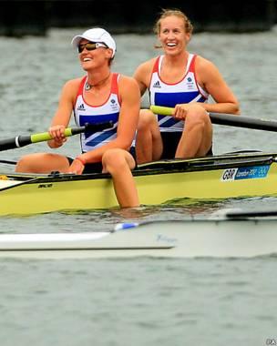 تیم روئینگ دو نفره زنان بریتانیا که اولین مدال طلای این دوره المپیک را برای بریتانیا گرفت
