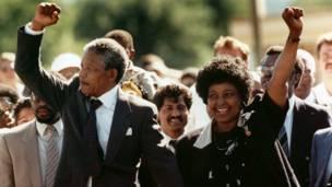 Mandela deixa a prisão ao lado de Winnie