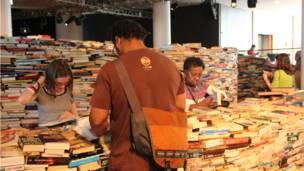 在南岸中心的皇家节日音乐厅(Royal Festival Hall),工作人员花了三天时间堆叠成这座图书迷宫。