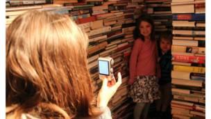 图书迷宫成了伦敦市民周末出行的绝佳选择。终于找到了迷宫尽头,赶紧合影留念吧!