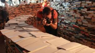 在这25万本图书中,有一些是专为盲人准备的。