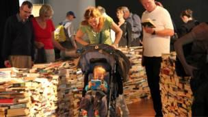 很多家長帶著孩子來體驗這座新奇有趣的圖書迷宮。