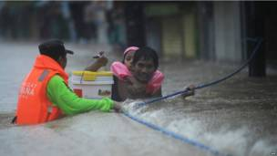Lực lượng cứu hộ cứu giúp người dân kẹt trong lũ