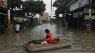 Đường phố thủ đô Manila chìm trong biển nước