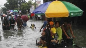 Người dân Manila lội trong nước lụt