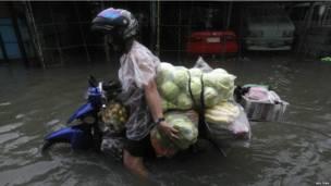 Người dân Manila tìm thực phẩm