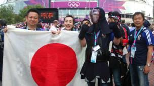 Cổ động viên Nhật với trang phục kiếm Kendo gây nhiều chú ý