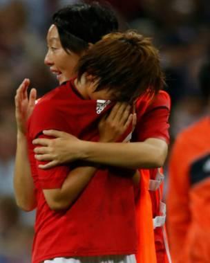 Các nữ cầu thủ Nhật vẫn rơi nước mắt tuy đạt vị trí thứ hai.