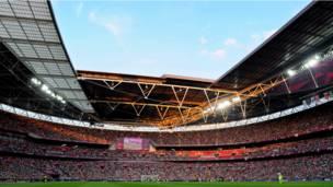Sân vận động Wembley đông kín khán giả cổ vũ cho hai đội bóng đá nữ.