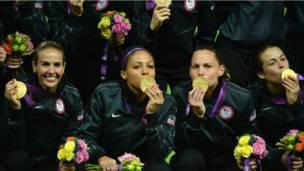 Đội bóng đá nữ của Mỹ tụm lại chụp hình 'khoe' huy chương vàng.