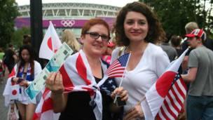 Còn những cổ động viên người Italy này mang cờ của cả hai nước.