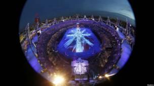 Đèn và vũ công tạo hình cờ Anh nhìn từ trên cao xuống.