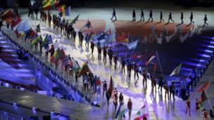 Lễ tiễn cờ các nước bắt đầu đúng 21:30 (giờ địa phương)