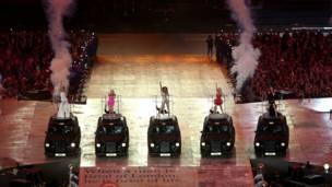 Nhóm Spice Girls biểu diễn những bản hit một thời như 'Spice up your life.'