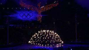Đài đuốc Olympics tỏa ra và tắt dần.