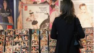 130510164507 porno tienda 304x171 getty Pornografi sağlığa zararlı mı?
