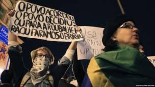 Участники демонстрации несут транспаранты
