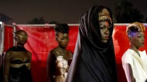 Un ensemble présenté lors de la Semaine de la mode à Dakar. Samedi 22 juin 2013. AP Photo/Rebecca Blackwell