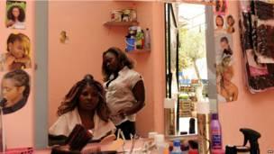 Le salon d'une coiffeuse ivorienne à Rabat au Maroc. Mardi 18 juin 2013.