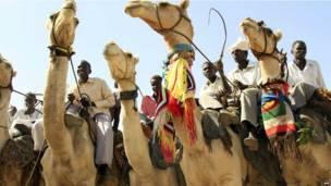 Des hommes montés sur des chameaux attendant une délégation des Nations unies dans le Darfour. Mardi 18 juin 2013