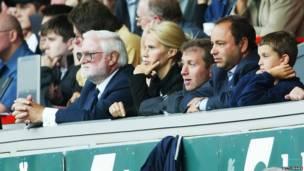 Sabon mai kulob din Chelsea, Roman Abramovich (na uku daga dama)