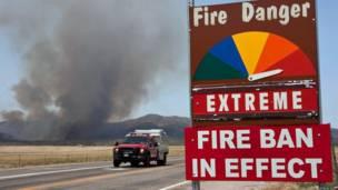 Mobil pemadam kebakaran melewati Jalan Hays Ranch di kota Yarnell, AP