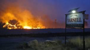 Kebakaran terjadi di dekat papan selamat datang di kota Yarnell (30 Juni 2013), AP