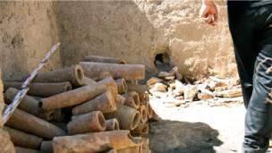 Куски глиняных труб.