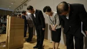 Presiden dan Kepala Eksekutif Asiana Airlines, Yoon Young-doo bersama anggota dewan